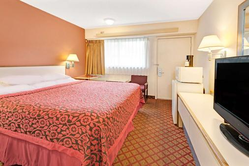 Days Inn by Wyndham Overland Park/Metcalf/Convention Center - Overland Park - Bedroom