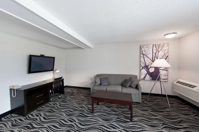 SureStay Hotel by Best Western Castlegar - Castlegar - Living room