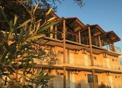 Bay Holiday Hotel & Spa - Karavomilos - Gebäude