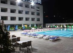 Le Six Resort Hotel - Batroun - Fitnessbereich