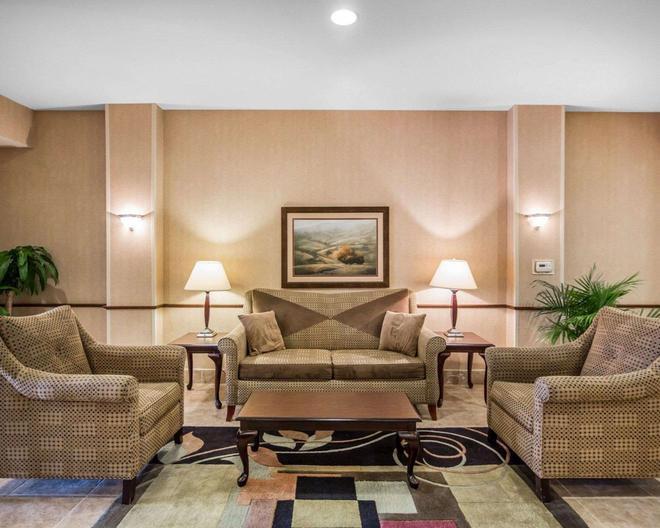 Rodeway Inn & Suites - Salina - Living room