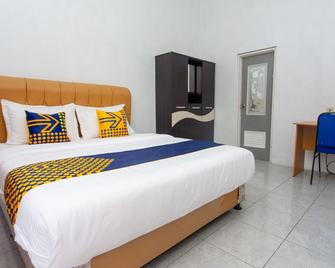 Spot On 2830 Azka Guest House Syariah - Cilacap - Bedroom