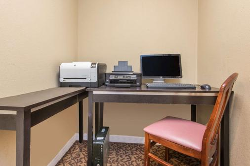 Hawthorn Suites by Wyndham Wichita East - Wichita - Liikekeskus