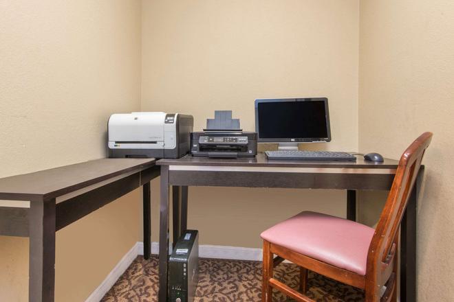 Hawthorn Suites by Wyndham Wichita East - Wichita - Business centre