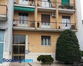 La via per Milano - Vigevano - Building