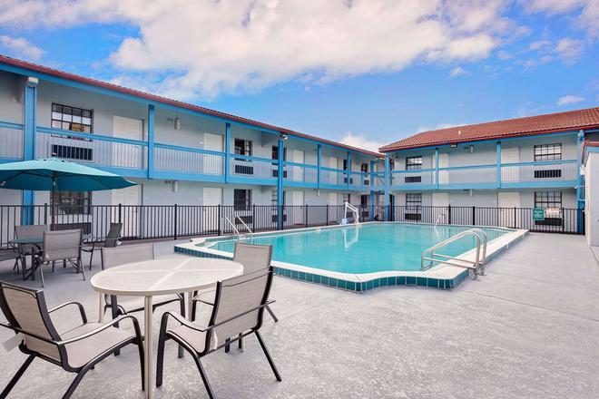 Baymont by Wyndham Jacksonville Orange Park - Jacksonville - Pool