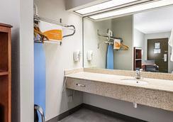 Quality Inn - Knoxville - Bathroom