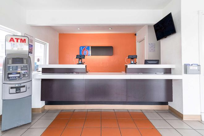 Motel 6 Long Beach International Ci - Long Beach - Front desk