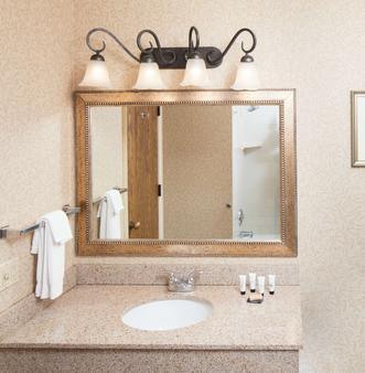 Red Lion Hotel Eureka - Eureka - Bathroom