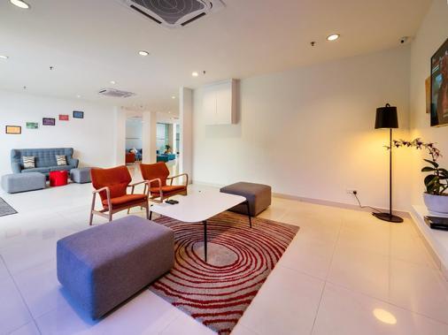 Tune Hotel Klia Aeropolis (Airport Hotel) - Sepang - Living room