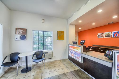 Motel 6 San Antonio Nw-Medical Cntr - San Antonio - Front desk