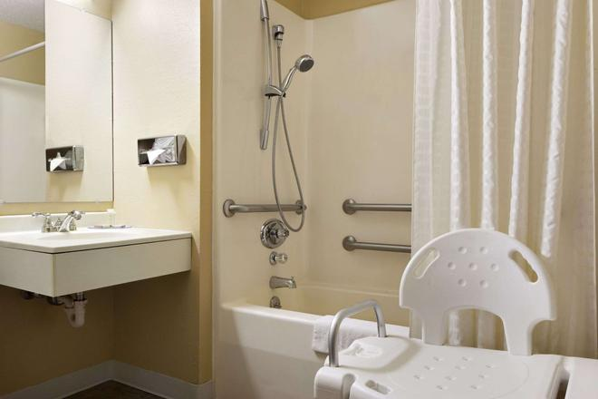 Super 8 by Wyndham Marion - Marion - Bathroom