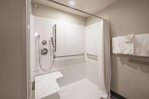 La Quinta Inn & Suites by Wyndham Effingham - Effingham - Bathroom