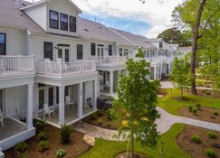 Gorgeous New Modern Farmhouse-Style Townhouse Just Blocks From The Virginia Beach Oceanfront - Virginia Beach - Edificio