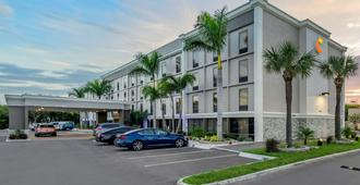Comfort Inn and Suites Clearwater - St Petersburg Carillon Park - קלירווטר