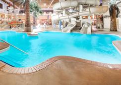 Ramada by Wyndham Des Moines Tropics Resort & Conference Ctr - Des Moines - Pool