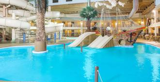 Ramada Tropics Resort & Conf Center By Wyndham Des Moines - Des Moines - Piscina