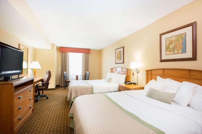 Ramada by Wyndham Des Moines Tropics Resort & Conference Ctr - Des Moines - Bedroom