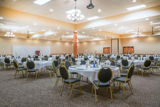 Ramada by Wyndham Des Moines Tropics Resort & Conference Ctr - Des Moines - Banquet hall