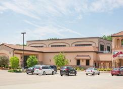 Ramada by Wyndham Des Moines Tropics Resort & Conference Ctr - Des Moines - Building