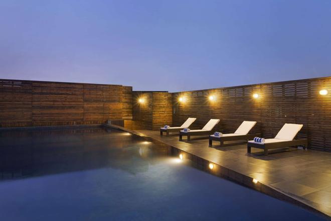 古爾岡中央華美達酒店 - 古爾岡 - 古爾岡 - 游泳池