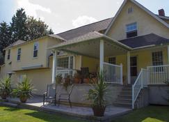 Genelle House B&B Guest House - Castlegar - Building