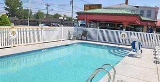 Budget Host Inn Niagara Falls - Niagara Falls - Pool