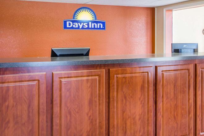 Days Inn by Wyndham Bradenton I-75 - Bradenton - Front desk