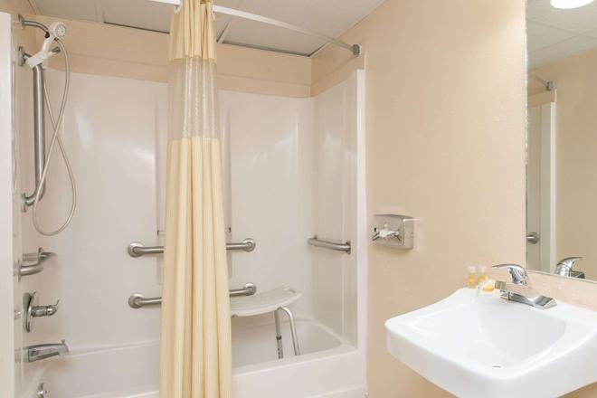 Days Inn by Wyndham Bradenton I-75 - Bradenton - Bathroom