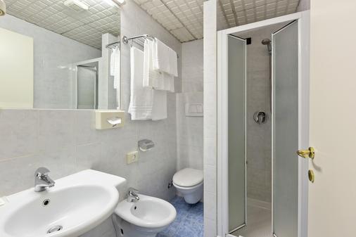Ginosi Arizona Hotel - Milan - Phòng tắm