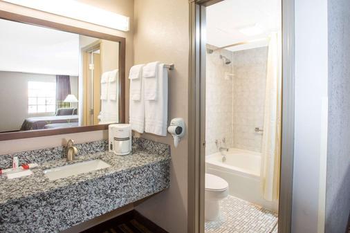 Super 8 by Wyndham Springdale AR - Springdale - Bathroom