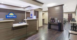 Days Inn & Suites by Wyndham Arlington Near Six Flags - Arlington - Resepsjon