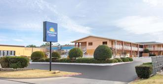 Days Inn & Suites by Wyndham Arlington Near Six Flags - Arlington - Gebäude