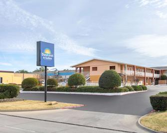 Days Inn & Suites by Wyndham Arlington Near Six Flags - Арлингтон - Building
