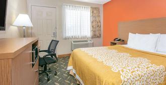 Days Inn & Suites by Wyndham Arlington Near Six Flags - Arlington - Bedroom