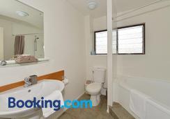 Falls Motel & Waterfront Campground - Paihia - Bathroom