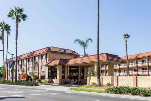 Super 8 by Wyndham Anaheim/Disneyland Drive - Anaheim - Building
