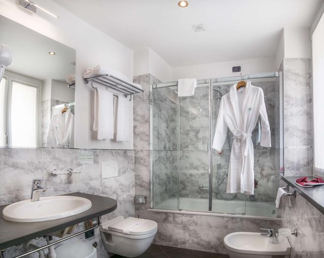 Hotel Regina - Milan - Bathroom