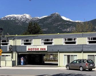 August Jack Motor Inn - Squamish - Building