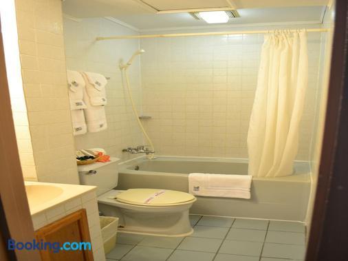 West Plaza Desekel - Koror - Bathroom