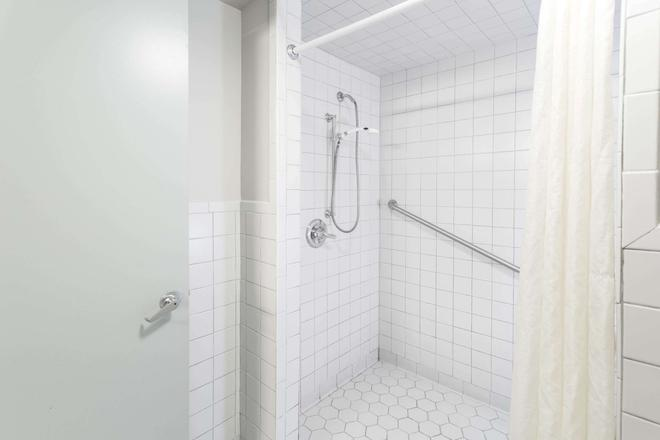 Super 8 by Wyndham Valdosta/Conf Center Area - Valdosta - Bathroom