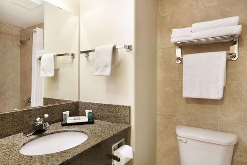 Super 8 by Wyndham Edmonton International Airport - Leduc - Bathroom