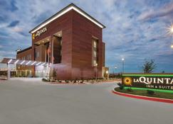 La Quinta Inn & Suites by Wyndham San Marcos Outlet Mall - San Marcos - Building