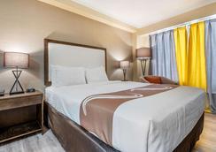 Quality Inn & Suites - Niagara Falls - Bedroom