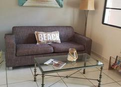 Charming Apartment W/Pool And Just Steps From The Beach. Great Location! - San Juan - Living room