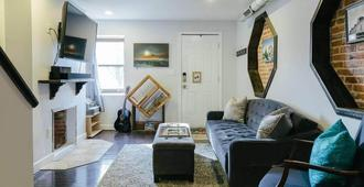 Charming Home in Premier Location Near Fells Point - Baltimore - Living room