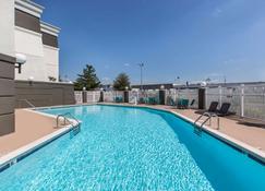 La Quinta Inn & Suites by Wyndham Goodlettsville - Nashville - Goodlettsville - Zwembad