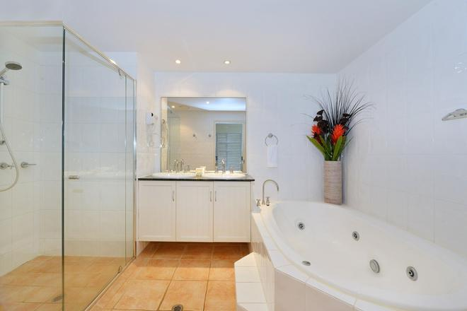 Cayman Villas - Port Douglas - Bathroom