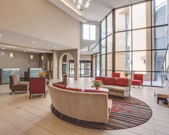 La Quinta Inn & Suites by Wyndham Verona - Verona - Лоббі