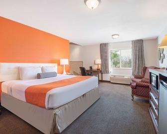 Howard Johnson by Wyndham Oacoma Hotel & Suites - Oacoma - Спальня